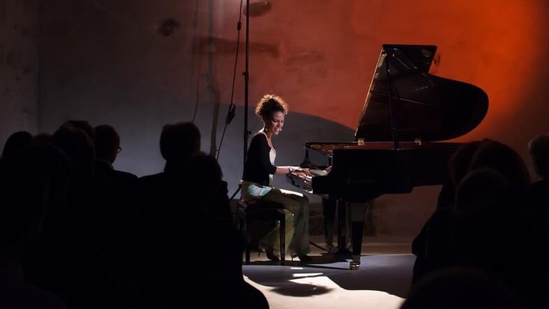 Pianistin sitzt am Klavier.