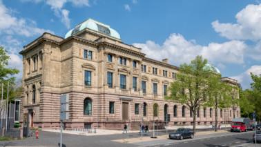 Außenansicht des Herzog Anton Ulrich-Museums. Der Himmel ist blau, ein paar Wolken sind zu sehen und die Sonne scheint.