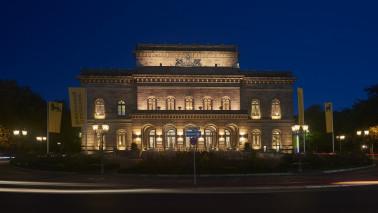 Außenansicht des Staatstheaters Braunschweig bei Nacht. Das Gebäude ist beleuchtet und der Himmel ist blau.