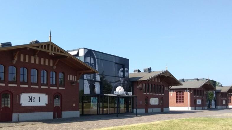 Fotografie eines Gebäudes aus Ziegelsteinen aus der Froschperspektive.