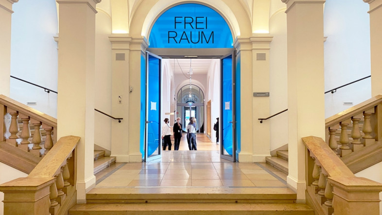 Eingangsbereich des Museums für Kunst und Gewerbe Hamburg. Zu sehen ist ein helles Treppenhaus.