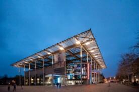 Kunstmuseum Wolfsburg Aussenansicht bei Nacht.