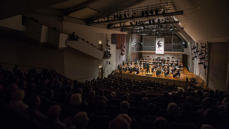 Konzerthalle mit Blick aus dem Zuschauerbereich zur Bühne.