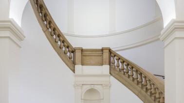 Treppenhaus des MKG aus der Froschperspektive fotografiert.