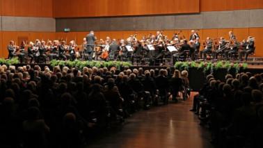 Fotografie eines Orchester aus der Sicht der Zuschauer.