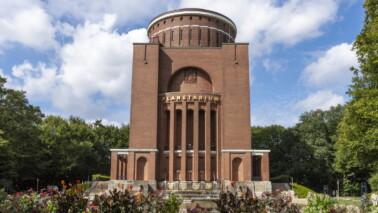 Außenansicht des Planetariums Hamburg bei Tageslicht