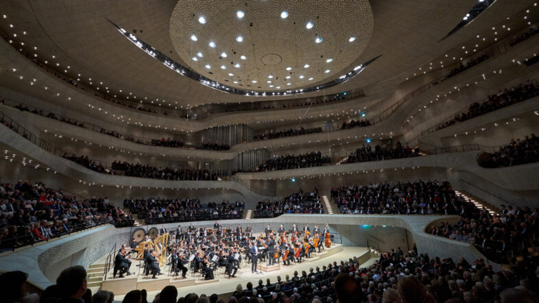 Fotografie eines Orchesters aus der Vogelperspektive in der Elbphilharmonie Hamburg.