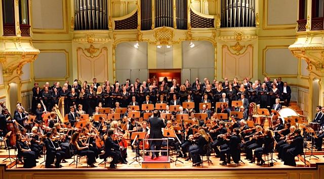 Foto eines Orchesters.