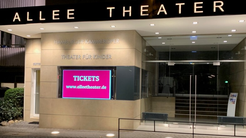 Fotografie des Eingangs eines Gebäudes mit dem Schriftzug Allee Theater.
