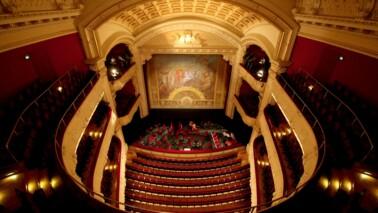 Innenraumfotografie vom Mecklenburgischen Staatstheater in der Vogelperspektive.