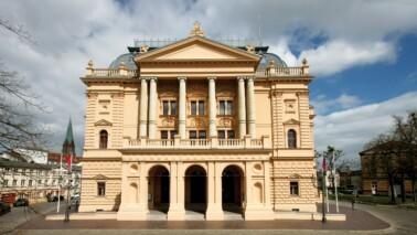 Fotografie des Gebäudes des Mecklenburgischen Staatstheater.