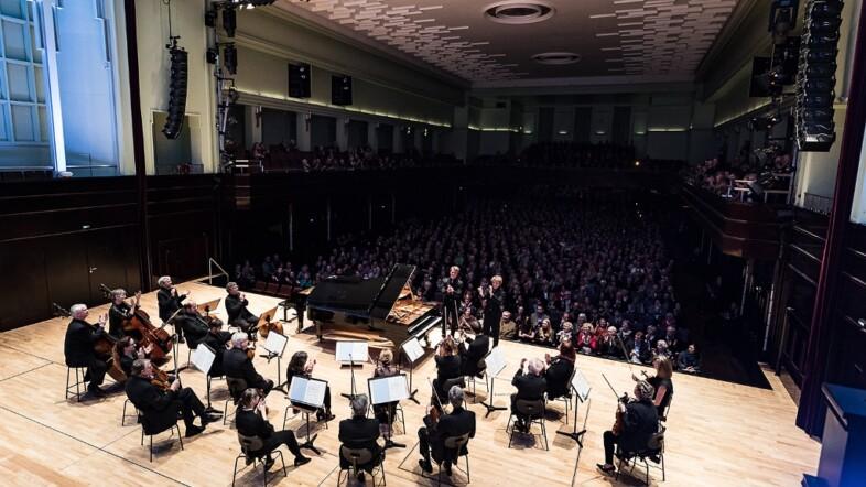 Vogelperspektive einer Bühne mit Musikern.