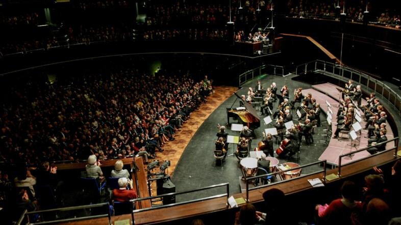 Fotografie eines Orchesters aus der Vogelperspektive.