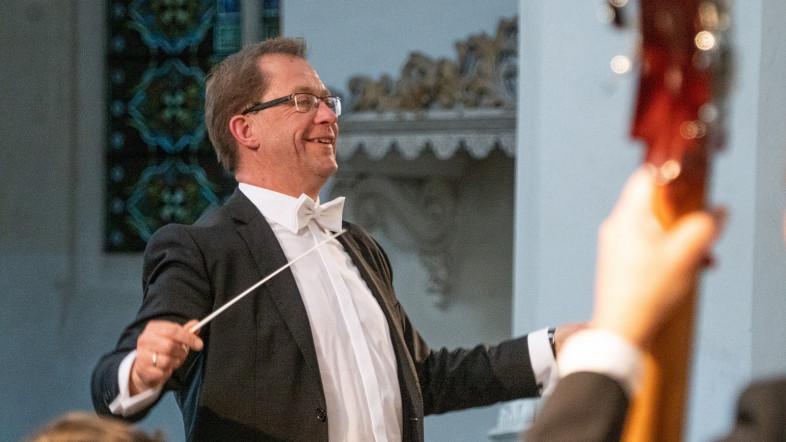 Fotografie eines Dirigenten.