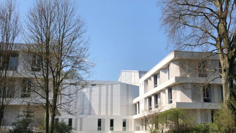 Außenansicht der Hochschule für Musik und Theater Hamburg bei Sonnenschein