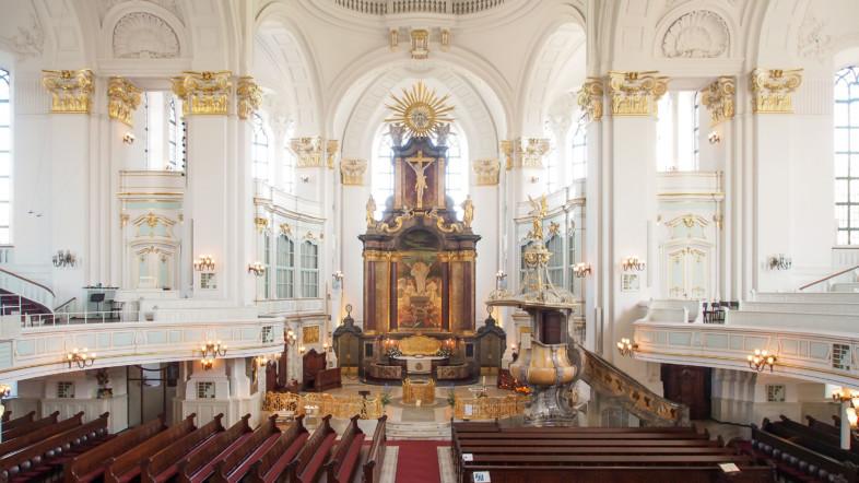 Kirche mit Hauptaltar, Zelebrationsaltar und Kanzel