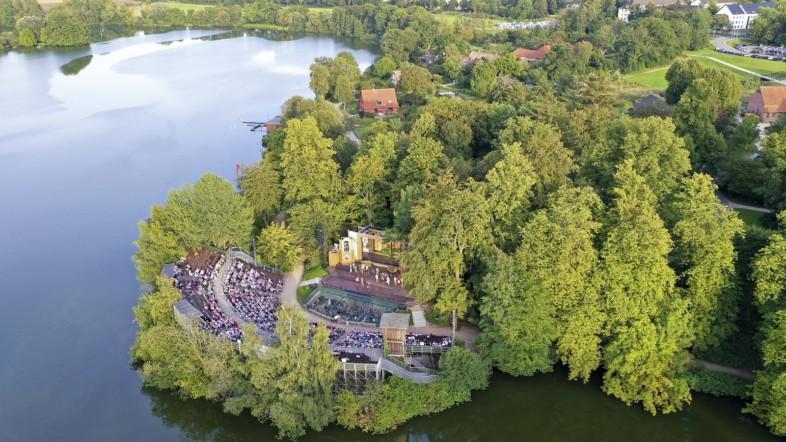 Fotografie des großen Eutiner Sees aus der Vogelperspektive.