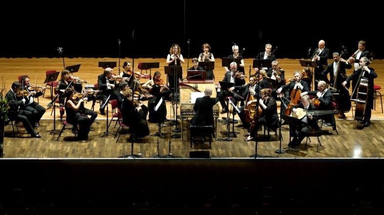 Fotografie eines Orchesters aus der Perspektive der Zuschauer.