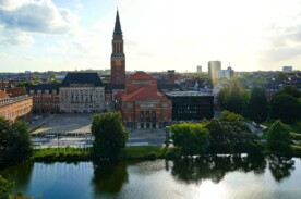 Außenansicht des Theater Kiels aus der Vogelperspektive mit Blick aufs Wasser.