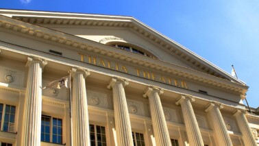 Außenansicht des Thalia Theaters aus der Vogelperspektive bei blauem Himmel.