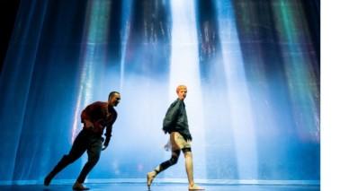Thalia Theater Neverland Die zwei Haupdatsteller auf der Bühne