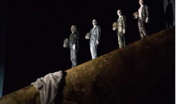 Thalia Theater Rom vier Darsteller stehen auf einer Mauer