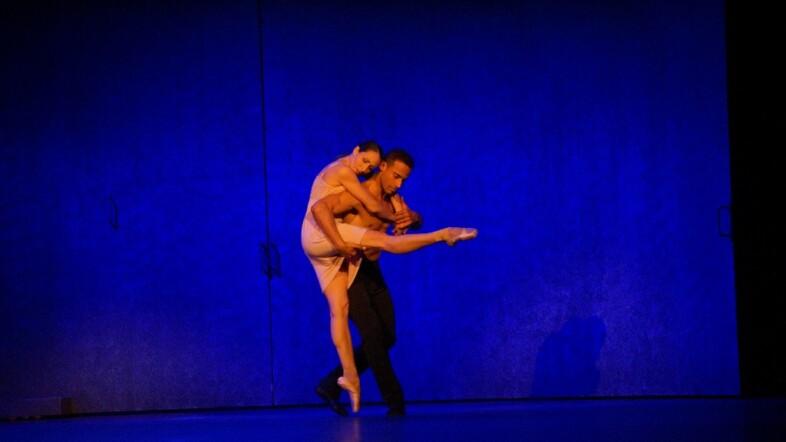Theater Kiel Eugen Onegin zwei Tänzer in inniger Umarmung