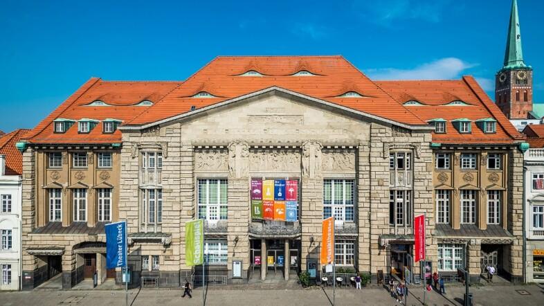 Frontansicht Theater Lübeck bei blauem Himmel.
