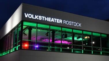 Außenansicht des Volkstheaters Rostock bei Nacht.