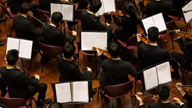 Streichorchester mit Notenständern