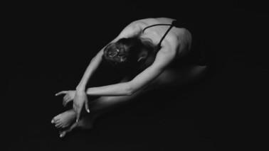 Sitzende Balletttänzerin, die sich streckt