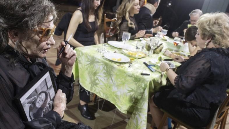 Mehrere Personen sitzen an einem Tisch und essen gemeinsam.