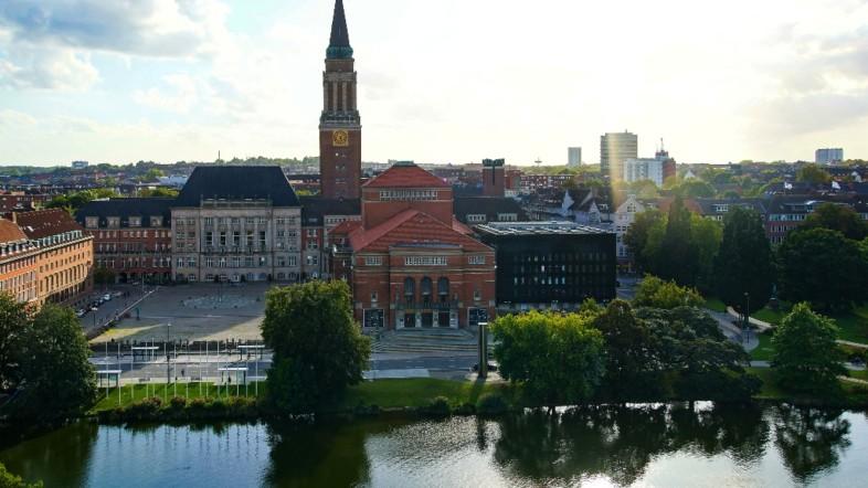Außenansicht des Theater Kiels am Tag.