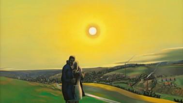 Fotografie eines Gemäldes, auf dem ein Paar zu sehen ist, das auf einer Wiese steht. Sie umarmen sich, die Sonne geht unter und im Hintergrund sieht man eine Stadt.