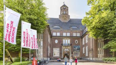 Außenansicht des Museums für Hamburgische Geschichte bei Tag.
