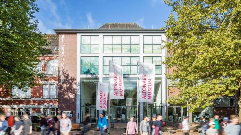 Altonaer Museum, Fotografie eines roten Backsteingebäudes mit Glasfassade