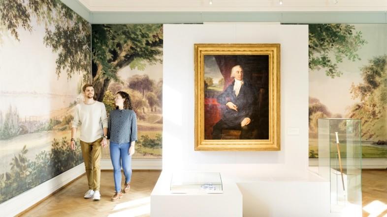 Ein Paar geht durch einen Ausstellungsraum im Jenisch Haus.