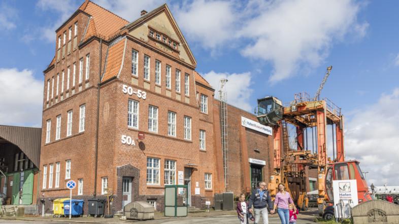 Außenansicht des Kopfbau Schuppen 50 A in Hamburg bei Tag.