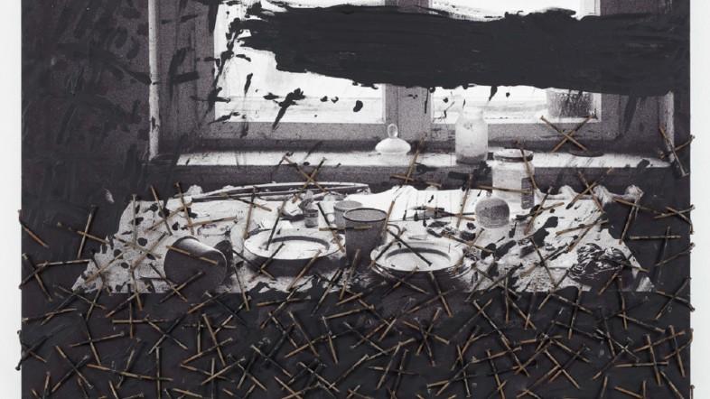 Fotografie eines Tisches, auf dem vielen Gegenstände liegen. Das Bild ist schwarz-weiß mit verschiedenen Effekten.