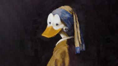 Gemälde einer Ente, die gekleidet ist. Der Hintergrund ist schwarz.