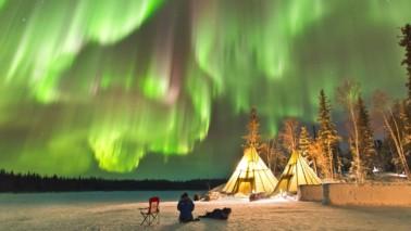 Fotografie von grünen Polarlichtern am Himmel.