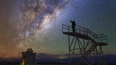 Fotografie der Milchstraße aus der Froschperspektive.