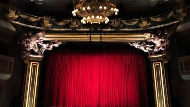 Fotografie einer Theaterbühne aus der Sicht des Publikums.