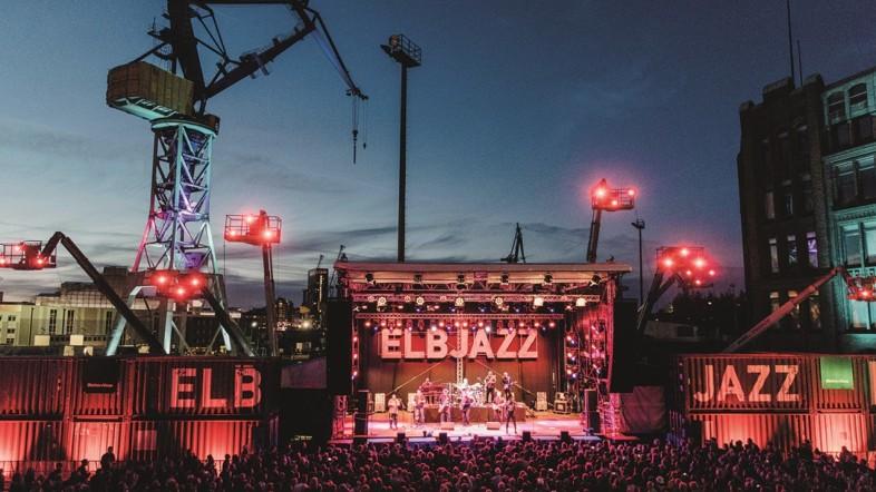 Foto der Bühne des ELBJAZZ aus Sicht des Publikums bei Dämemrung.