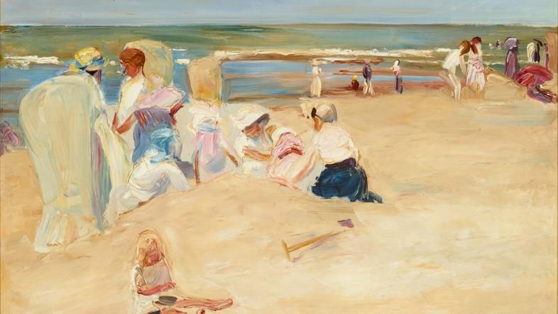 Fotografie eines Gemäldes. Zu sehen sind mehrere Personen an einem Strand, die im Sand sitzen oder spielen.