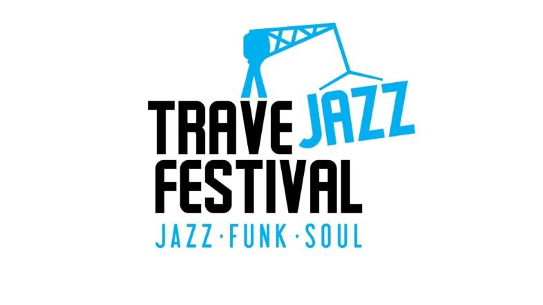 Logo des Travejazz Festivals. Die Schrift ist schwarz und blau auf weißem Hintergrund