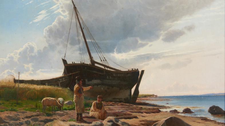 """Foto der Gemäldes von Niels Simonsen """"Fischerort Ostsee, 1873"""". Zwei ältere Männern stehen am Strand und unterhalten sich. Rechts ist das Wasser zu sehen, im Vordergrund große Steine und im Hintergrund ein Schiff. Links grasen zwei Lämmer."""