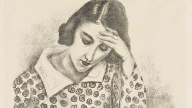 Zeichnung einer Frau, die an einem Tisch sitzt, ihre Hand an ihren Kopf hält und nachdenklich wirkt.