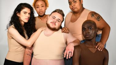 """Gruppenbild von fünf Menschen verschiedenen Aussehens, Titelbild der Ausstellung """"Heimaten"""" im Museum für Kunst und Gewerbe."""