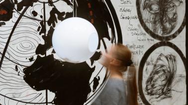 Eine Frau vor einer Kunstinstallation, Oswaldo Maciá, New Cartographies of Smell Migration, 2021, Installationsansicht Kunsthalle Bremen @ Oswaldo Maciá, Foto: Franziska von den Driesch